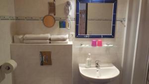A bathroom at Hotel Kreta