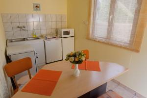A kitchen or kitchenette at Napfény Vendégház és Apartman