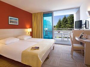Ein Bett oder Betten in einem Zimmer der Unterkunft Crystal Sunny Hotel by Valamar