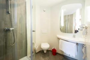 A bathroom at Ibis Granada