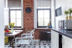 Кухня или мини-кухня в InretroGreen&White_byApartica