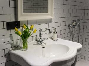 Ванная комната в InretroGreen&White_byApartica