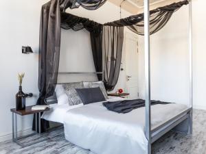 Кровать или кровати в номере InretroGreen&White_byApartica