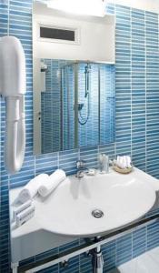 A bathroom at Hotel Caravelle