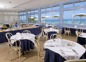 A restaurant or other place to eat at Hotel Caravelle