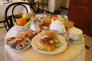 Breakfast options available to guests at Cambridge Hotel