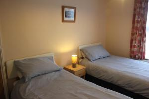 A bed or beds in a room at Ishara Apartment