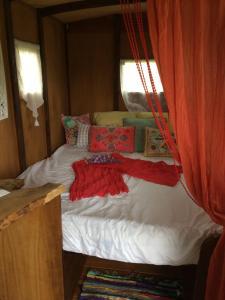 Un ou plusieurs lits dans un hébergement de l'établissement L'authentique roulotte