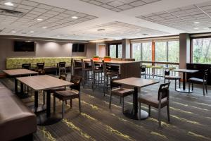 A restaurant or other place to eat at Wingate by Wyndham Columbia