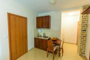 Кухня или мини-кухня в Contessa Apartments
