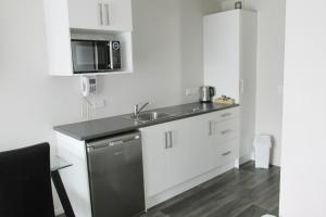 A kitchen or kitchenette at 136 On Bealey Motel