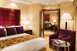 Кровать или кровати в номере Renaissance Moscow Monarch Centre Hotel