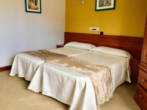 A bed or beds in a room at Hotel Maria del Mar