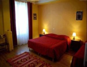 Een bed of bedden in een kamer bij Hôtel Ramey