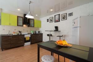 Кухня или мини-кухня в Apartment On Nikolskaya Plochad