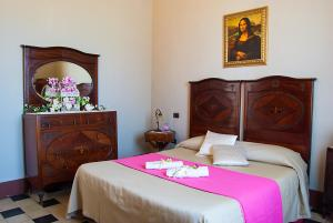 A bed or beds in a room at Hotel Villa Maya