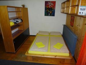 سرير أو أسرّة في غرفة في فري سبريت لودج
