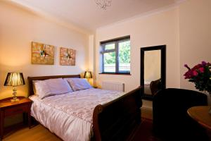 A bed or beds in a room at Godalming Hotel