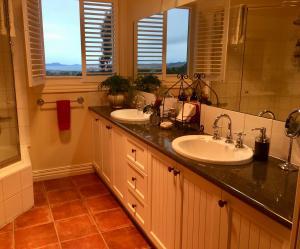 A bathroom at Llarrinda Bed & Breakfast