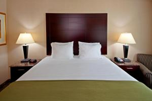 A bed or beds in a room at Days by Wyndham North Bergen