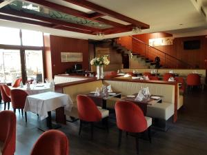 A restaurant or other place to eat at Ile du Gua Suites