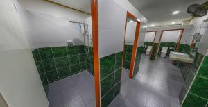 A bathroom at Express Hostel
