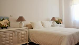 A bed or beds in a room at Tavira Terrace