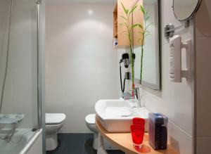 A bathroom at Hotel Zentral Ave