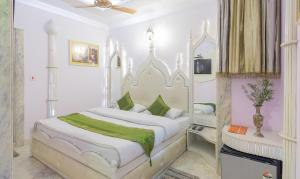 A bed or beds in a room at Treebo Trend Natraj Yes Please