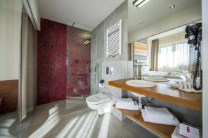 A bathroom at Hotel Kopieniec Fizjo- Med & SPA