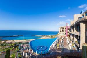 Uitzicht op het zwembad bij Gloria Palace Royal Hotel & Spa of in de buurt