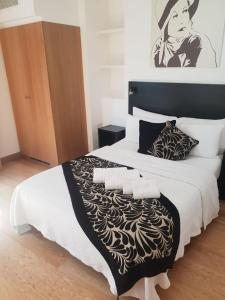 A bed or beds in a room at Studios2Let