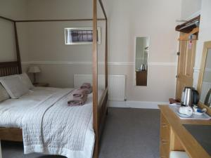 A bed or beds in a room at Cornerhouse Guesthouse
