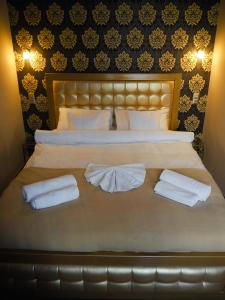 A bed or beds in a room at Apartamenty Głogowska