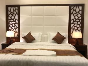 سرير أو أسرّة في غرفة في Asaal Apart-Hotel