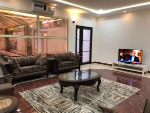 Uma área de estar em Kendah Chalet