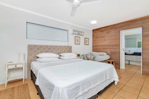 A bed or beds in a room at Coral Sea Holiday House