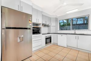 A kitchen or kitchenette at Coral Sea Holiday House