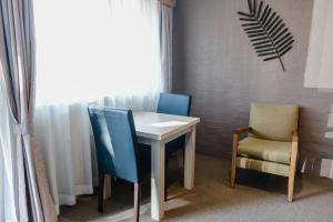 A seating area at Balan Village Motel