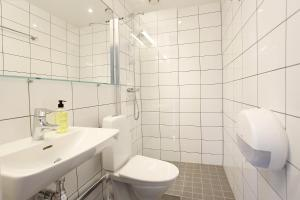 A bathroom at Kviberg Hostel and Cottages