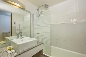 Een badkamer bij Kyriad Prestige Beaune le Panorama
