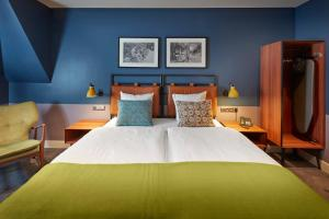A bed or beds in a room at Hotel Lion D'Or