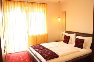 Ein Bett oder Betten in einem Zimmer der Unterkunft Hotel Al Faro Lodge am See