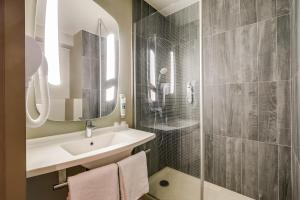 A bathroom at Ibis Marne la Vallée Noisy