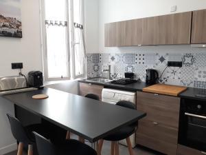 A kitchen or kitchenette at Appartement Le Panier - Place de Lenche