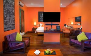 A television and/or entertainment center at Golden Temple Hotel