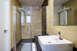 A bathroom at Exe Málaga Museos