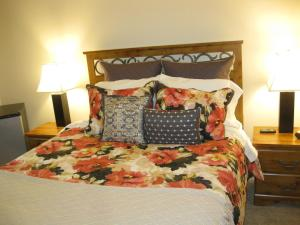 A bed or beds in a room at Bridal Veil Bed and Breakfast