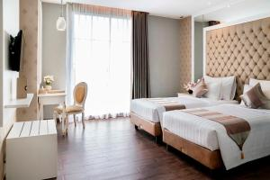 A bed or beds in a room at Savero Hotel Depok