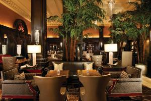 The lounge or bar area at The Algonquin Hotel Times Square, Autograph Collection